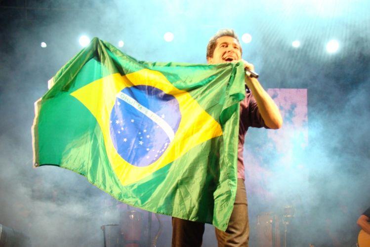 Com a bandeira do Brasil, Daniel canta na primeira edição do Brazilian Day Portugal, no Passeio Marítimo de Algés, em Oeiras. O evento teve ainda Ricky Vallen, os africanos Irmãos Verdades e Abel Duere, a cantora de MPB Edna Pimenta, e a dupla Ana Carina e Márcio, entre outros (15/05/2011)