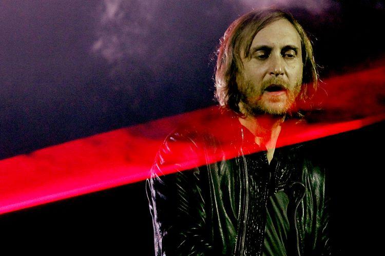 O DJ francês David Guetta apresenta seu set no Pavilhão de Exposições do Anhembi, em São Paulo, para cerca de 20 mil pessoas. Ele divulga em 14 shows no Brasil seu último álbum