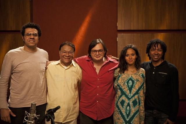 O bandolinista Hamilton de Holanda, Dominguinhos, o violonista Yamandu Costa, a cantora caboverdiana Mayra Andrade e Djavan encontram-se em estúdio, em São Paulo, para a gravação do documentário