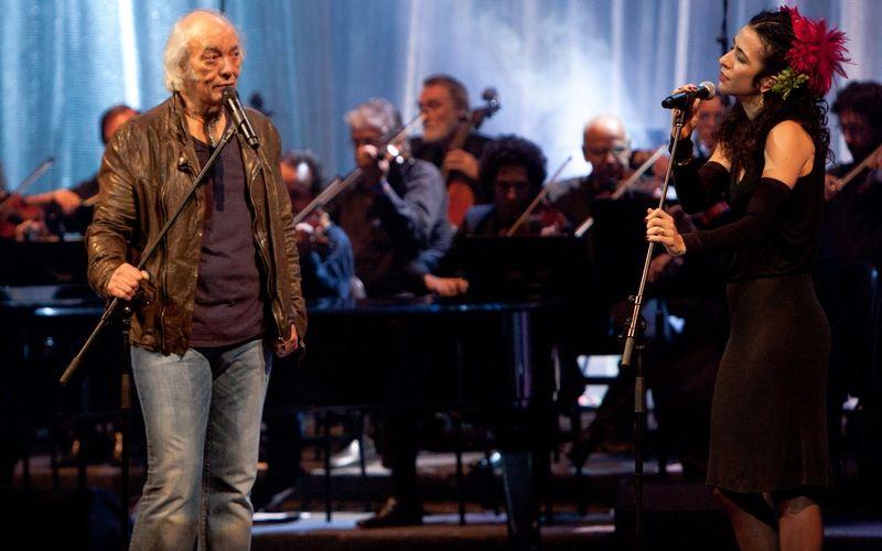 O cantor Erasmo Carlos comemorou 50 anos de carreira e 70 de idade com show no Theatro Municipal do Rio de Janeiro (2/7/2011). A cantora Marisa Monte participou do show do Tremendão, que vai virar um DVD