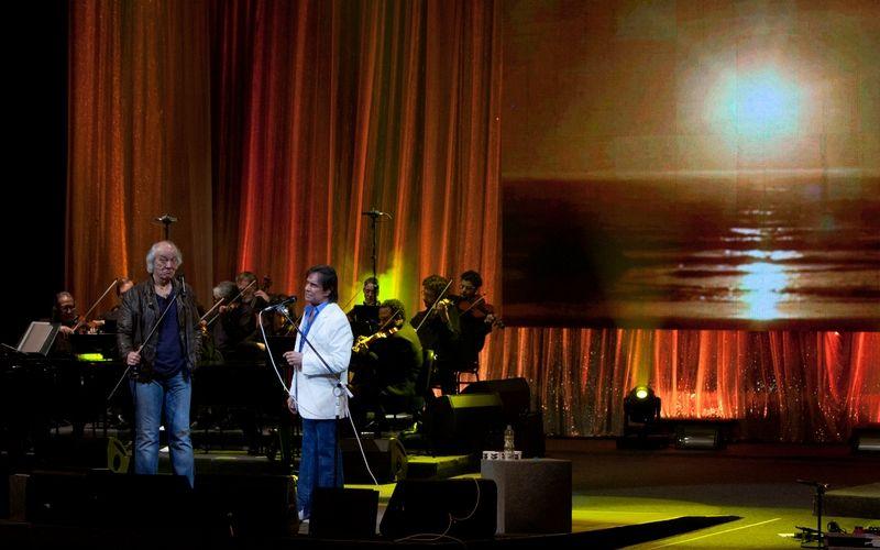 O cantor Erasmo Carlos comemorou 50 anos de carreira e 70 de idade com show no Theatro Municipal do Rio de Janeiro (2/7/2011). O cantor Roberto Carlos participou do show, que vai virar o segundo DVD do artista