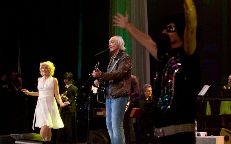 O cantor Erasmo Carlos comemorou 50 anos de carreira e 70 de idade com show no Theatro Municipal do Rio de Janeiro (2/7/2011). O show, da turnê