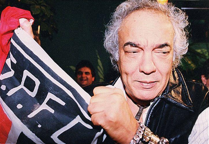 Erasmo Carlos segura uma bandeira do São Paulo Futebol Clube (27/08/1995)