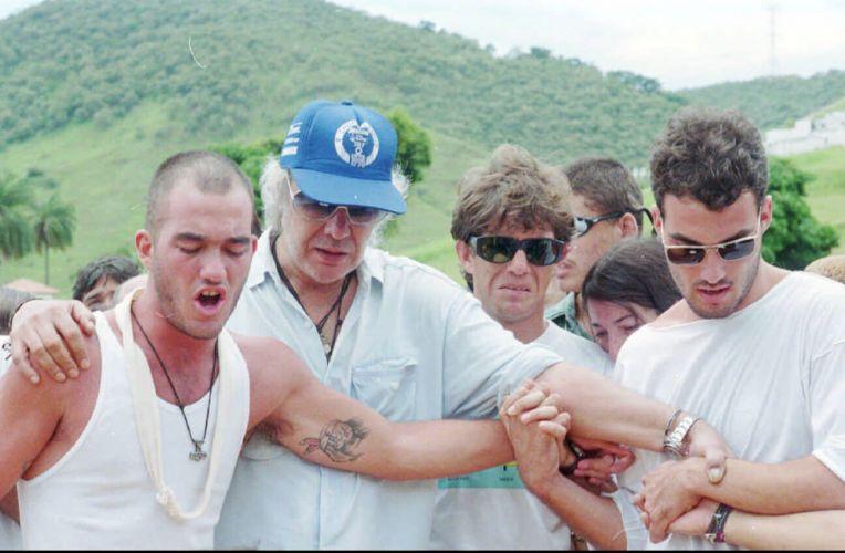 Erasmo Carlos e os filhos Gil Eduardo (esq.), Leonardo Bruno e Carlos Alexandre no enterro de Narinha, sua ex-mulher (28/12/1995)
