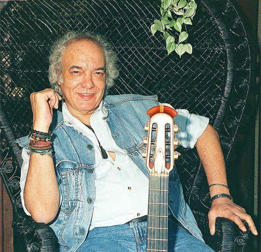 Erasmo Carlos em fotografia em sua residência durante entrevista (24/10/1997)