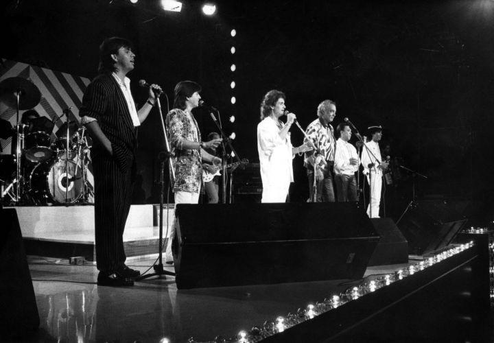 Erasmo Carlos participa, ao lado de Christian e Ralf e Chitãozinho e Xororó, da gravação do especial de Natal de Roberto Carlos para a TV Globo (21/11/1998)