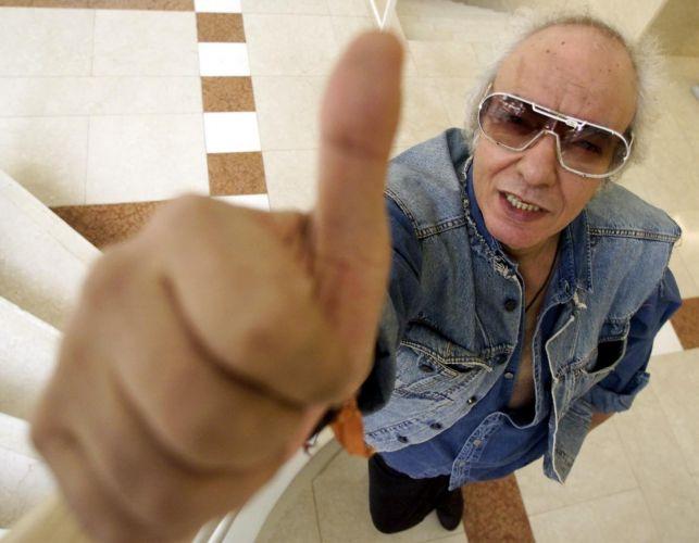 Cantor Erasmo Carlos faz gesto de positivo durante pose para fotos no Hotel Mercure, em São Paulo (08/05/2001)