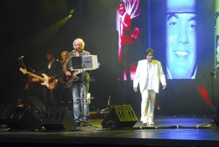 Erasmo Carlos faz show em São Paulo e recebe o sósia de Roberto Carlos no palco (14/9/11)