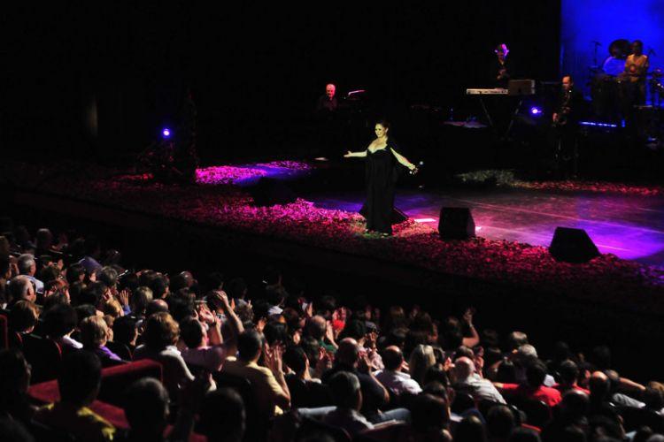 Fafá de Belém canta no palco do Auditório Ibirapuera, em São Paulo (14/01/2011)