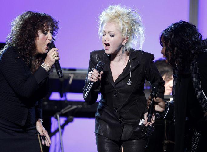 Maria Muldaur, Cyndi Lauper e Betty Wright dividem o palco na cerimônia não televisionada do Grammy para cantar