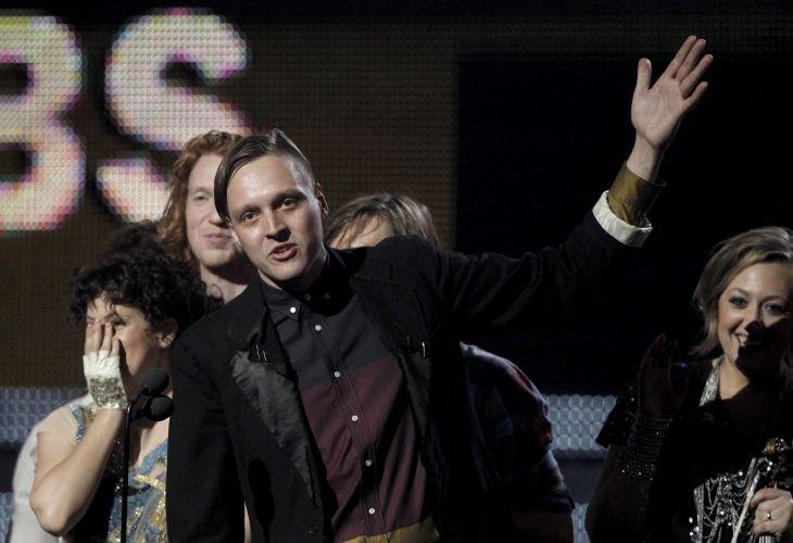 Win Butler e demais integrantes do Arcade Fire recebem o Grammy de disco do ano por