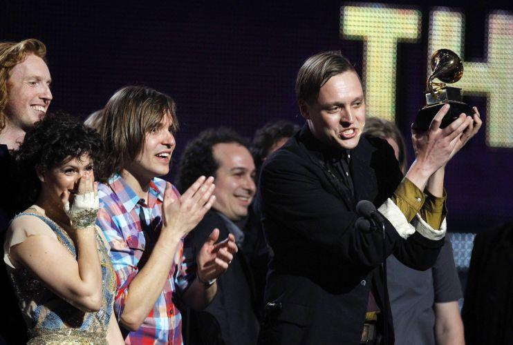 Os integrantes do Arcade Fire recebem o Grammy de disco do ano por