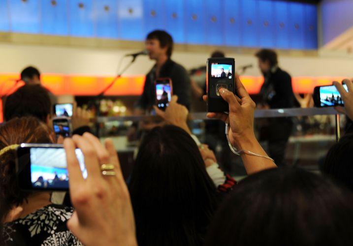 Público fotografa James Blunt durante apresentação no aeroporto JFK em Nova York, nos Estados Unidos