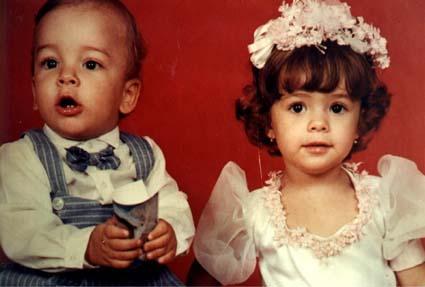 Com um ano de idade, em 1985, Junior Lima é fotografado ao lado da irmã Sandy em foto de arquivo pessoal