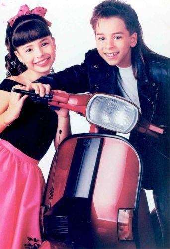 Sandy e Junior posam para foto que virou capa do disco
