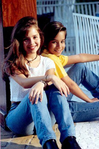Adolescentes, em 1996, Junior posa ao lado da irmã Sandy durante a carreira da dupla musical