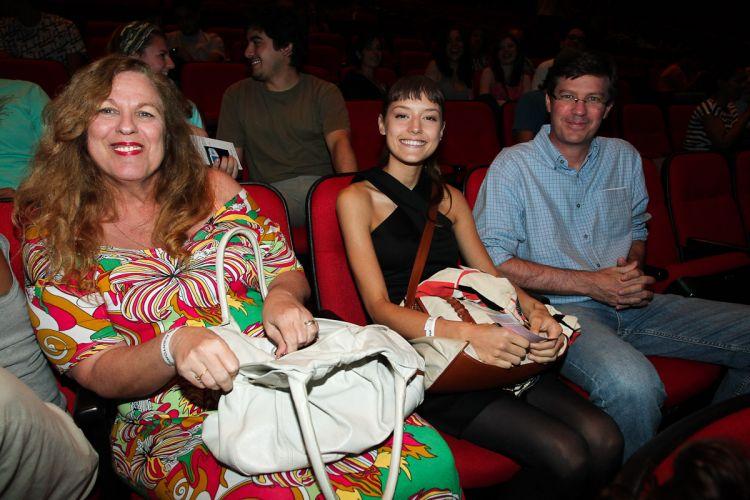 Mallu Magalhães leva os pais para assistir à apresentação do namorado no Auditório Ibirapuera, em São Paulo (13/1/12)