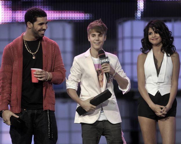 Drake, Justin Bieber e sua namorada Selena Gomez durante apresentação do MuchMusic Video Awards 2011, no Canadá (19/6/11)