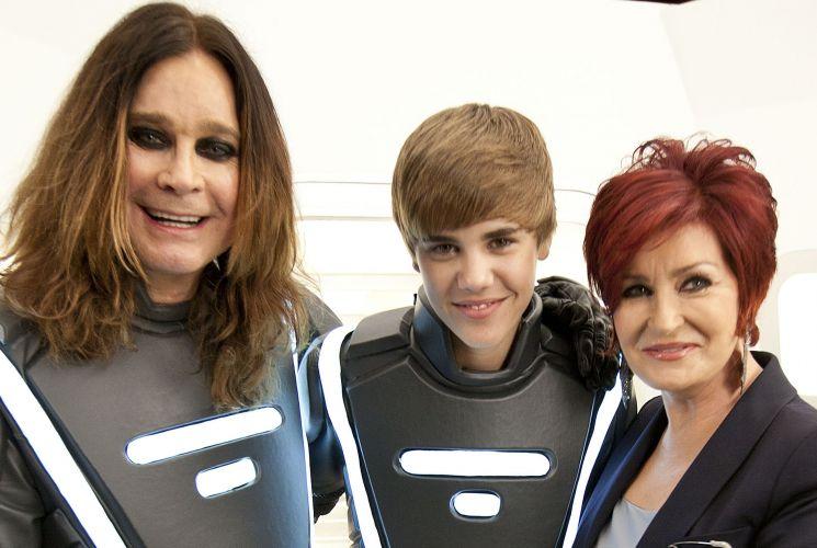 Ozzy Osbourne, Justin Bieber e Sharon Osbourne participam de comercial em Los Angeles, nos Estados Unidos (17/01/2011)