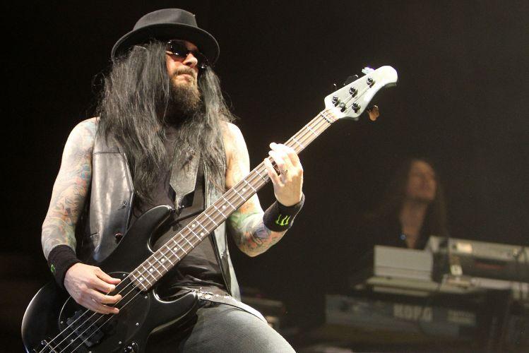 O baixista Blasko durante show de Ozzy Osbourne em Porto Alegre, o primeiro da turnê brasileira que divulga o álbum