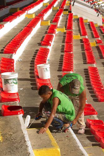 Funcionários pintam as arquibancadas do Estádio José do Rego Maciel (Arruda) onde Paul Mccartney se apresenta no sábado (21) e no domingo (22). Os ingressos do primeiro dia estão esgotados (19/4/12)