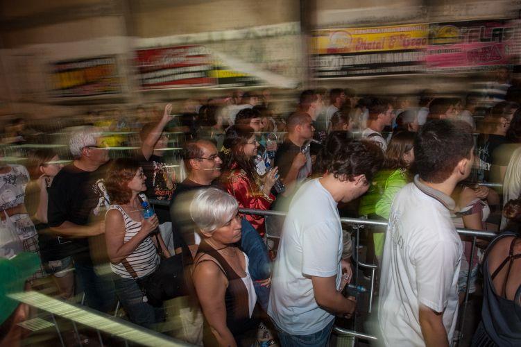Houve um breve tumulto na entrada porque os policiais deveriam revistar um por um, mas a multidão se apressou para guardar um lugar na pista. O incidente logo foi resolvido (21/4/2012)