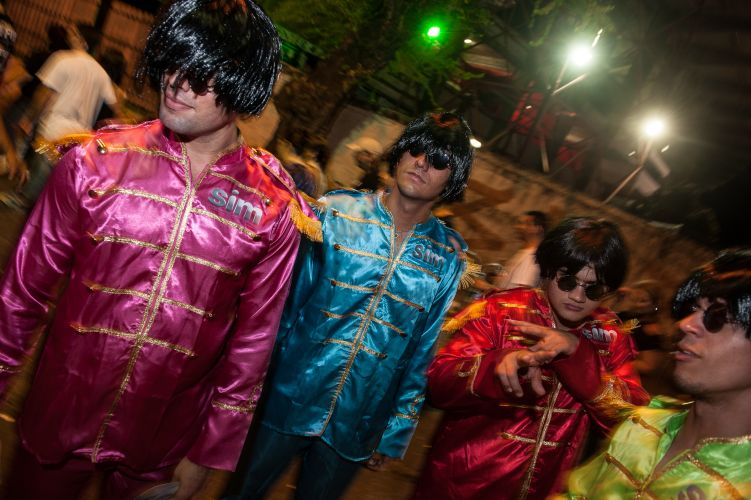 Fãs fantasiados de Beatles brincam na fila do show de Paul McCartney em Recife (21/4/2012)