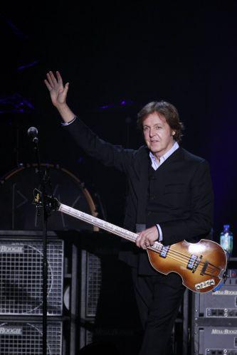 Paul McCartney acena para o público em sua segunda apresentação em Recife (22/4/2012)