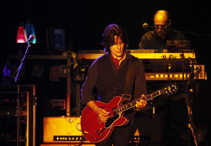 Guitarrista e tecladista da banda de Paul McCartney se apresentam com o ex-beatle no estádio do Morumbi, em São Paulo
