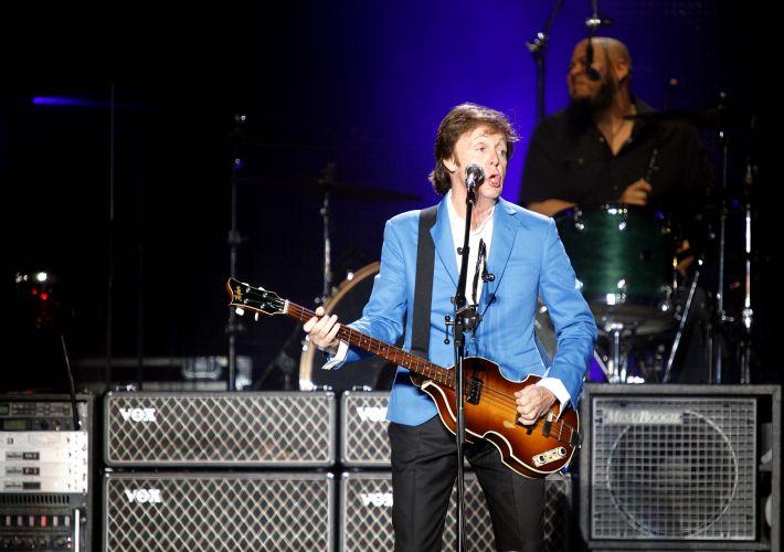 O cantor e compositor inglês Paul MCCartney mostra os clássicos dos Beatles e de sua carreira fora da banda em show no estádio do Morumbi, em São Paulo, para 64 mil pessoas