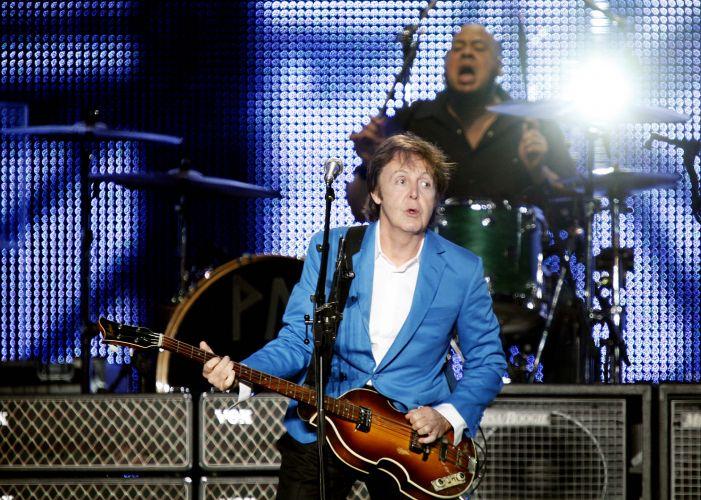 Paul McCartney canta os sucessos dos Beatles e de sua carreira fora da banda de Liverpool para 64 mil pessoas no estádio do Morumbi, em São Paulo