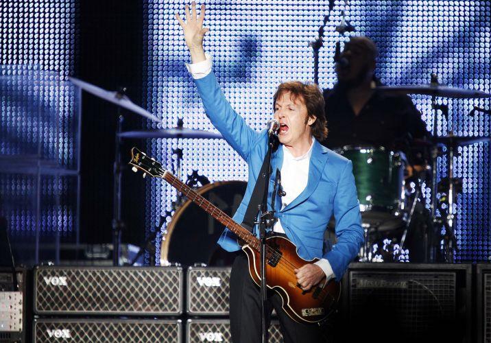 O ex-beatle Paul McCartney se apresenta em São Paulo para cerca de 64 mil pessoas, no estádio do Morumbi, para mostrar a turnê