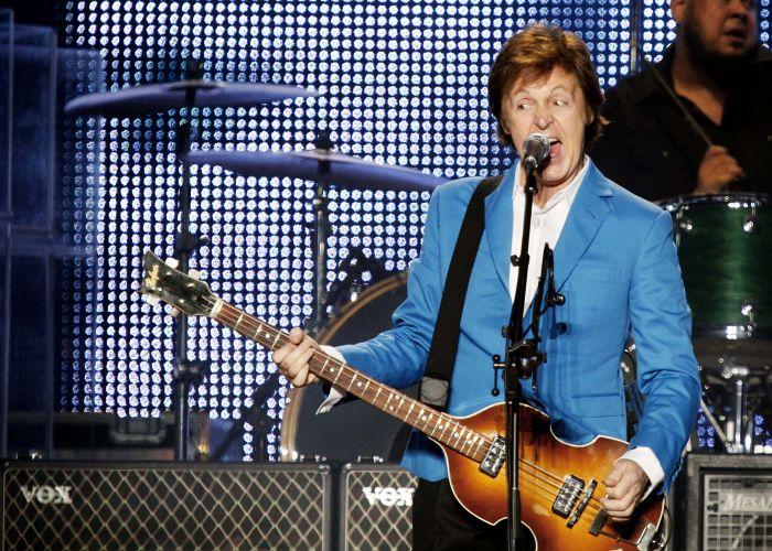 Paul McCartney canta durante o primeiro de dois shows que o ex-beatle faz em São Paulo; o segundo acontece na segunda-feira (22/11), tambpem no estádio do Morumbi