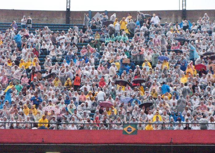 Público se posiciona nas arquibancadas do Estádio Morumbi, em São Paulo, para o segundo e último show de Paul McCartney na capital paulista (22/11/2010)