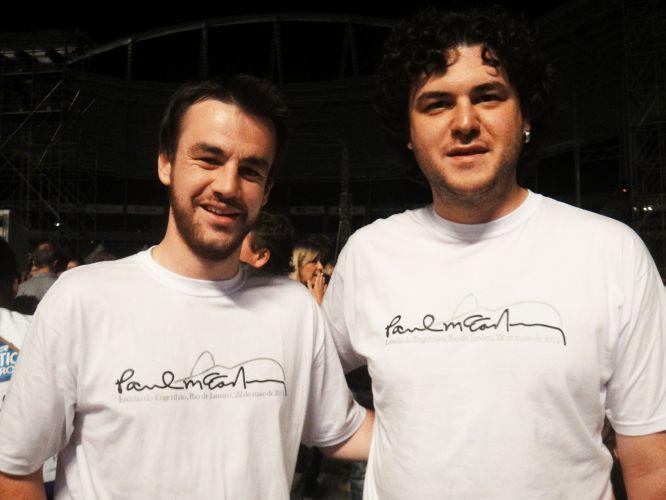 Os primos Felipe Carboni, 27, e Rafael Carboni, 23, saíram de Videira (SC) para assistir ao show de Paul McCartney no Rio, no domingo. A camiseta com a assinatura do ex-Beatle adornada pelo Pão de Açucar foi produzida pela empresa que fez a excursão para a capital fluminense. Você tem uma camiseta do Paul ou dos Beatles? Envie a sua foto para o e-mail vocemanda@uol.com.br ou através do Twitter para @UOLMusica com a tag #paulmccartney