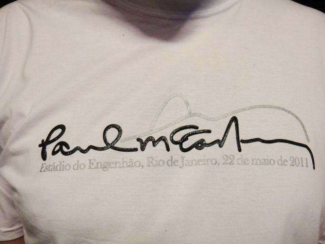Detalhe da camiseta usada pelo publicitário Rafael Carboni, 23, no primeiro show de Paul McCartney no Rio. A peça, com a assinatura do ex-Beatle adornada pelo Pão de Açucar, foi produzida pela empresa que fez a excursão para a capital fluminense. Você também tem uma camiseta do Paul ou dos Beatles? Envie a sua foto para o e-mail vocemanda@uol.com.br ou através do Twitter para @UOLMusica com a tag #paulmccartney