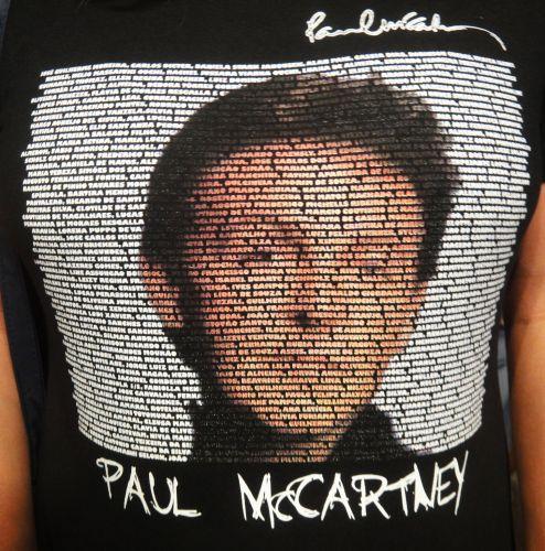 Detalhe da camiseta que a médica Aldelia Santos Rebouças, 35, usou no primeiro show de Paul McCartney no Rio, no domingo. Na camiseta, a estampa do rosto do ex-beatle é formada pelos nomes das pessoas que compõem a excursão mineira. Você também tem uma camiseta do Paul ou dos Beatles? Envie a sua foto para o e-mail vocemanda@uol.com.br ou através do Twitter para @UOLMusica com a tag #paulmccartney