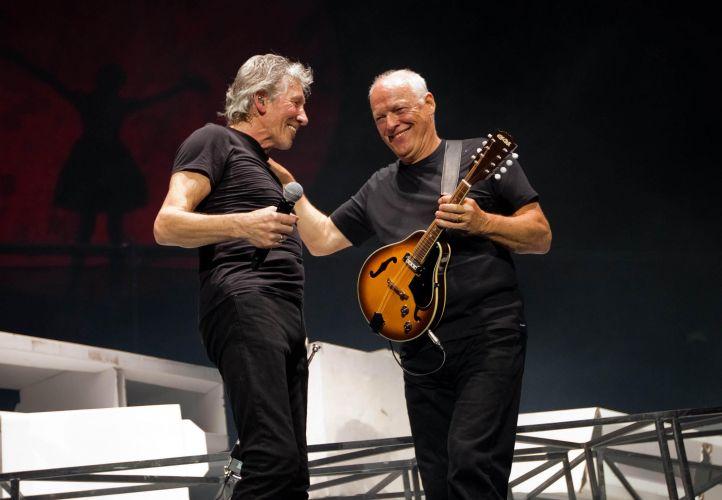 Roger Waters e David Gilmour dividem o palco durante show que reuniu os integrantes remanescentes do Pink Floyd na O2 Arena, em Londres (12/05/2011)
