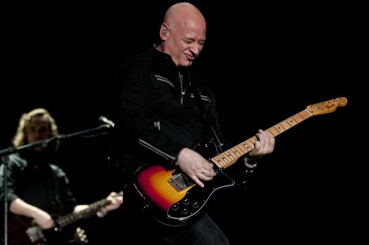 O guitarrista da banda Train durante apresentação da banda no Pop Music Festival, em Porto Alegre (15/03/2011)