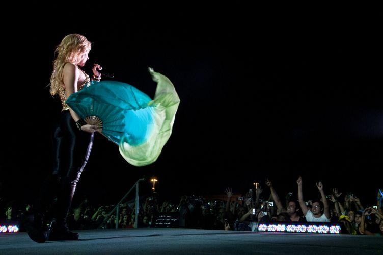 Com meia-hora de atraso, Shakira sobe ao palco da edição gaúcha do Pop Music Festival, em Porto Alegre. Principal atração do evento itinerante, a colombiana é também curadora da programação do festival (15/03/2011)