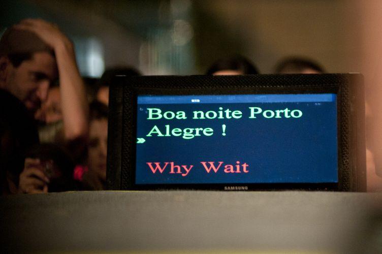 Por meio de texto em teleprompter, Shakira deseja boa noite a Porto Alegre, que recebe a edição gaúcha da turnê itinerante Pop Music Festival, que passará por Brasília e São Paulo (15/03/2011)