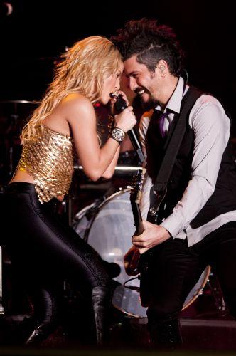Shakira toca gaita ao lado do guitarrista de sua banda na edição gaúcha do Pop Music Festival, em Porto Alegre. Principal atração do evento itinerante, a colombiana é também curadora da programação do festival (15/03/2011)