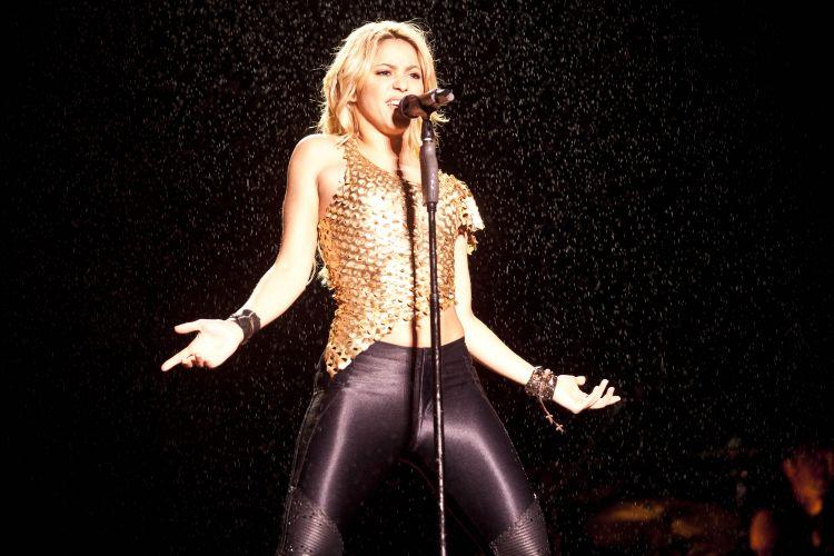 Debaixo de chuva, Shakira canta seus sucessos no Pop Music Festival, evento que acontece na capital paulista neste sábado (19/03/2011)