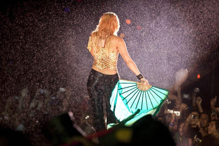 Com um adereço de leque, Shakira se apresenta no Pop Music Festival, que acontece neste sábado no estádio do Morumbi (19/03/2011)