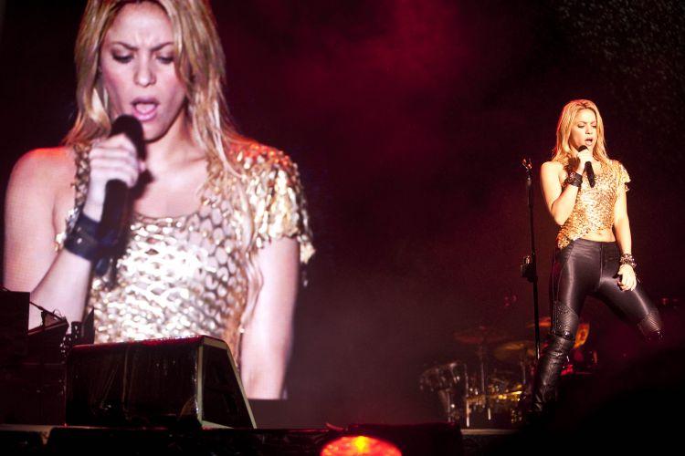 Com uma roupa dourada e calça justa, a colombiana Shakira faz seu show em São Paulo como uma das atrações do Pop Music Festival (19/03/2011)