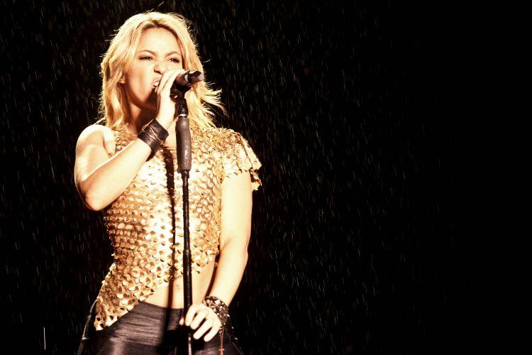 Com roupa dourada e calça justa, a cantora colombiana Shakira desfila sucessos no Pop Music Festival de São Paulo (19/03/2011)