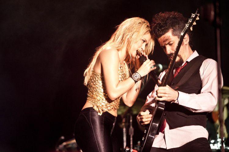 Shakira, com a gaita, faz par com seu guitarrista, durante apresentação da cantora que é uma das principais atrações da Pop Music Festival (19/03/2011)