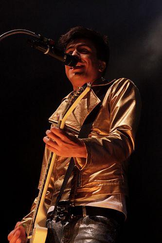 Vocalista e guitarrista Pe Lu se apresenta com o Restart no HSBC Brasil, em São Paulo (21/08/2011)