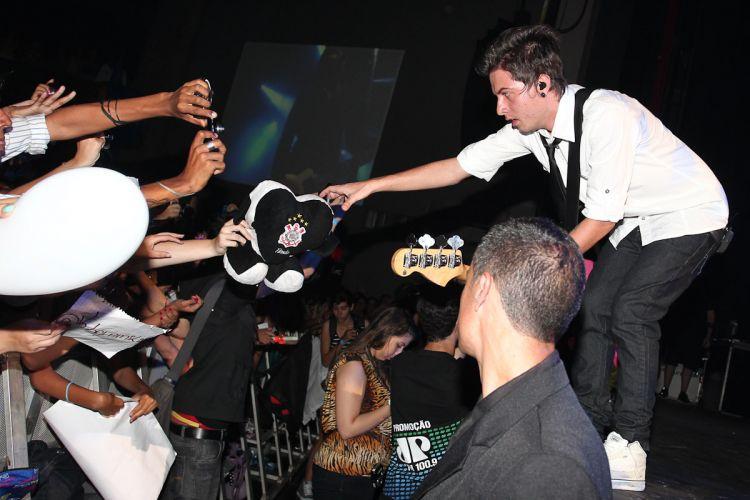 Pe Lanza pega presente de fã durante o show do Restart (15/4/12)