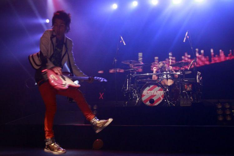 O vocalista da banda Restart, Pe Lanza, durante show da turnê